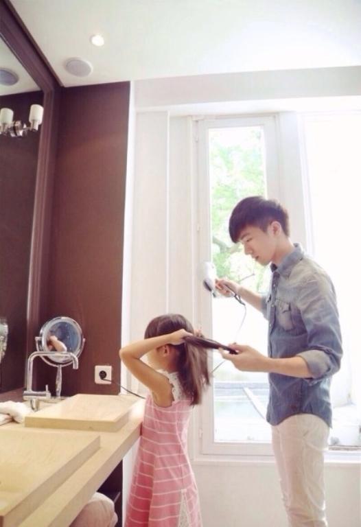 """Cặp anh trai - em gái người Trung Quốc Ngô Đại Vỹ - Tiểu Bái Bái đã gây """"sốt"""" cộng đồng mạng bởi loạt ảnh đẹp như ngôn tình.Dù cách nhau gần 20tuổi nhưng hai anh em lại vô cùng gần gũi nhau khiến người khácphải ngưỡng mộ. (Ảnh: Internet)"""