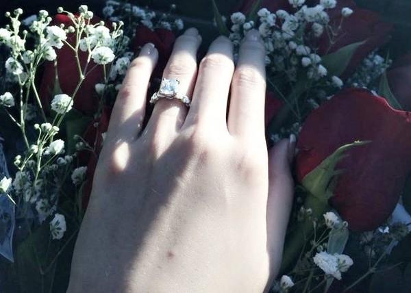 Được thiết kế đơn giản với một viên kim cương to, sáng lấp lánh đính ở chính giữa, cùng nhiều viên kim cương nhỏ nạm chìm xung quanh, không ít người đã trầm trồ trước món quà cưới xa xỉ này của người đẹp. - Tin sao Viet - Tin tuc sao Viet - Scandal sao Viet - Tin tuc cua Sao - Tin cua Sao