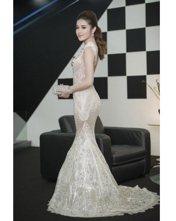 Với tỉ lệ thân người cân đối cùng chiều cao lí tưởng, Á hậu Việt Nam 2014 luôn tự tin khoe dáng trong những trang phục bó sát, cúp ngực.