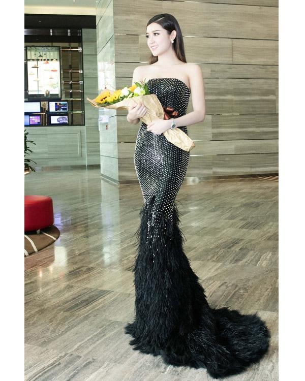 Thiết kế màu đen trầm mặc gây ấn tượng bởi chi tiết lông đính kết cùng đinh tán.