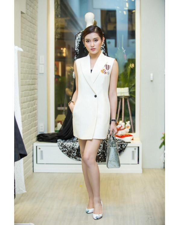 Huyền My cũng là một trong những mĩ nhân tích cực lăng xê dáng váy lấy phom từ áo vest, áo sơ mi truyền thống. Cách diện trang phục của người đẹp cũng đa dạng với loạt phụ kiện hợp xu hướng.