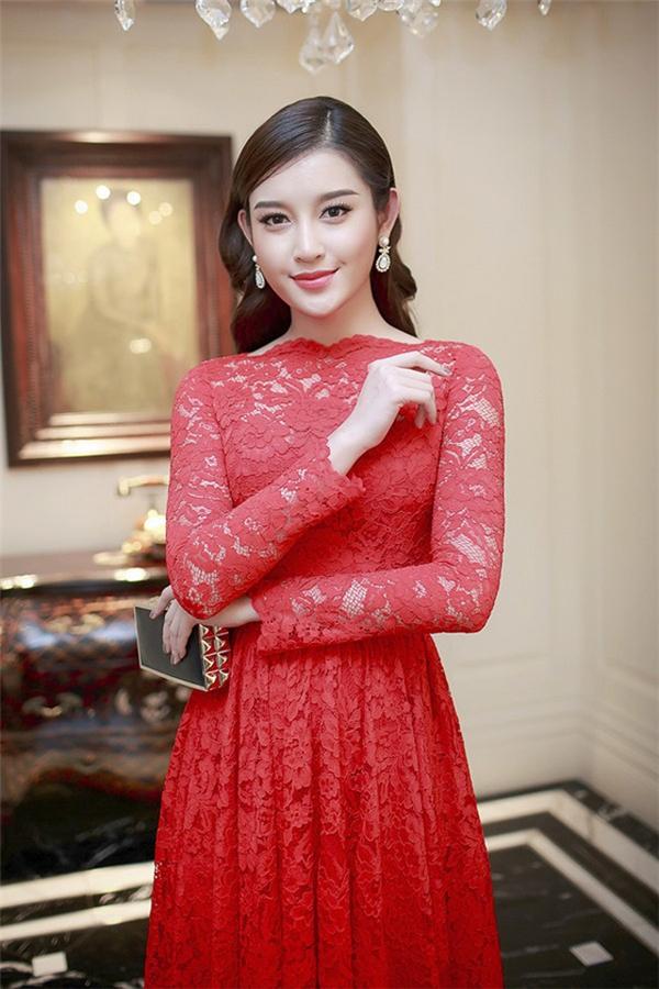 Tạo hình cổ điển sang trọng, quý phái của Huyền My trong bộ váy đỏ bằng chất liệu ren của nhà thiết kế Đỗ Mạnh Cường. Có thể nói, thời trang đã là một trong những yếu tố giúp Huyền My thật sự nổi bật và thu hút giữa loạt mĩ nhân danh giá trong làng giải trí Việt.