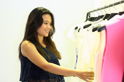 Nhà thiết kế Lê Thanh Hòa, nhà tạo mẫu tóc Sandrine Nguyễn, chuyên viên trang điểm Tùng Châu và ê-kípcủa Một Ngày Mới đã hết mình giúp cho Phương Thảo có một diện mạo thật mới và thật tự tin.