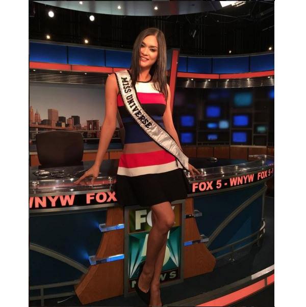 Mới đây, khi tham gia trả lời phỏng vấn cho một kênh truyền hình nổi tiếng, Pia đã mang đến vẻ ngoài nhẹ nhàng nhưng không kém phần thu hút trong bộ váy kẻ sọc kết hợp nhiều tông màu khác nhau như: trắng, xanh, đỏ, đen, beige.