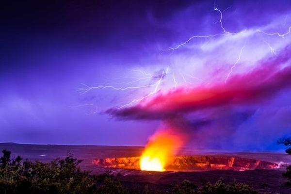 Hiện tượng núi lửa Halemaumau Crater trên đỉnh Kilauea tại Vườn Quốc gia núi lửa Hawaii hồi tháng 11/2015. Sét trên miệng núi lửa là hiện tượng khá hiếm gặp và các nhà khoa học vẫn chưa có lời giải thích thuyết phục nhất chohiện tượng kỳ lạnày.