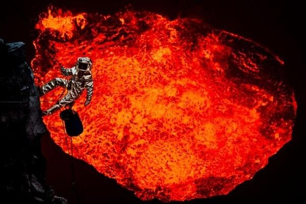 Nhà thám hiểm dũng cảm Sam Cossman bất chấp tính mạng, dũng cảm vàomiệng núi lửa Marum, một trong bảy hồ dung nham trên hành tinh có sức nóng lên tới 150 độ C,nằm trên đảo Ambrym tại Cộng hòa Vanuatu.