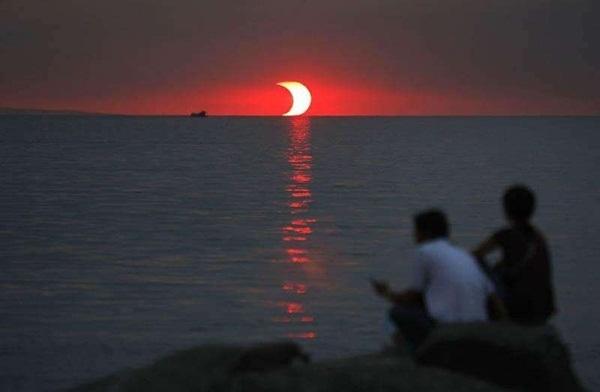 Hiện tượng nhật thực hình khuyên xảy ra lúc mặt trời lặn.
