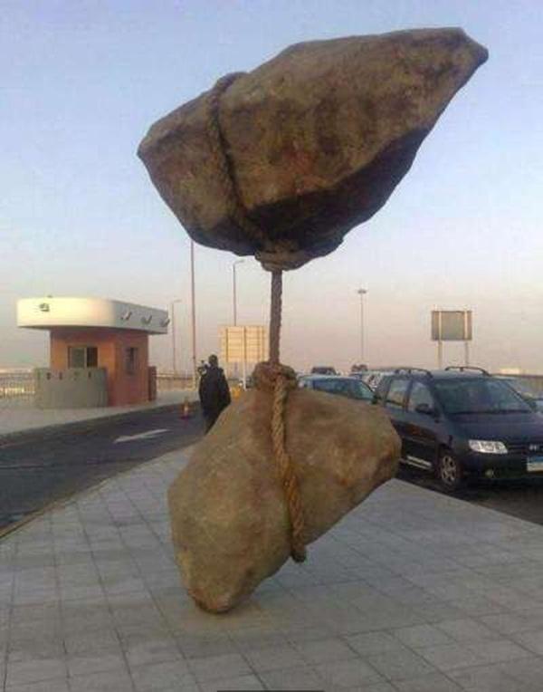 Khoảnh khắc khiến bạn lắc đầu không hiểu vì sao hòn đá có thể đứng vững như vậy.