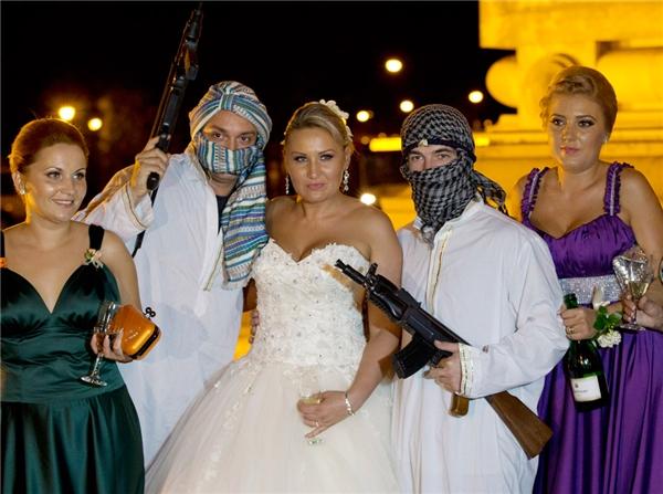 Bắt cóc cô dâu ở Romania. (Ảnh: Internet)