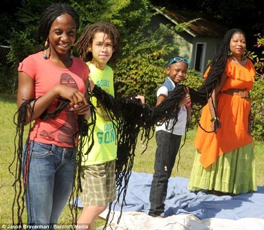 Asha cùng con trai Zion, 13 tuổi, và các bạn Alexis và Egypt Rose (Ảnh: Internet)