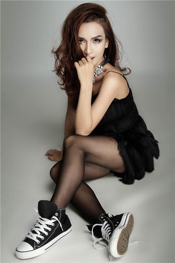 Chiếc váy đen gợi cảm được kết hợp cùng giày thể thao mang lại cảm giác mới mẻ. - Tin sao Viet - Tin tuc sao Viet - Scandal sao Viet - Tin tuc cua Sao - Tin cua Sao