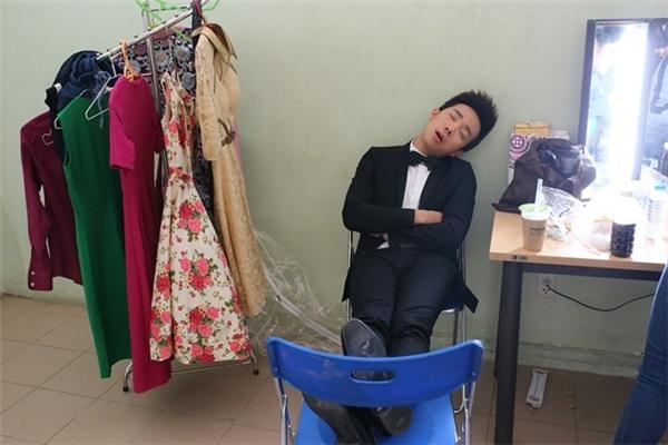 """Hình ảnh của Trấn Thành khi ngủ được các đồng nghiệp chụp lại khá nhiều bởi sự """"khó đỡ"""" của nó. - Tin sao Viet - Tin tuc sao Viet - Scandal sao Viet - Tin tuc cua Sao - Tin cua Sao"""