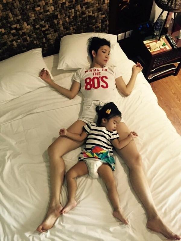 """Con gái cựu siêu mẫu Xuân Lan gần như đã """"sao y bản chính"""" dáng ngủ của mẹ, mang đến cho hai mẹ con Xuân Lan một bức ảnh códáng ngủ thật ấn tượng và khó quên. - Tin sao Viet - Tin tuc sao Viet - Scandal sao Viet - Tin tuc cua Sao - Tin cua Sao"""