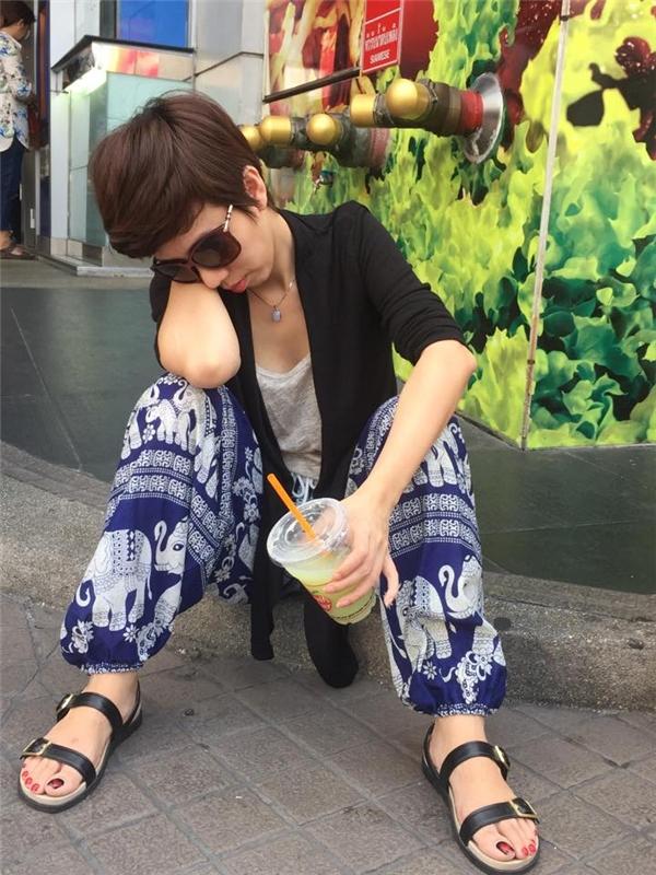 Trong bức ảnh này, có thể thấy Thu Trang đãrất mệt khi cô vừa ngồi, vừa ngủ gụcvà cầm ly nước đang uống dở dang. - Tin sao Viet - Tin tuc sao Viet - Scandal sao Viet - Tin tuc cua Sao - Tin cua Sao
