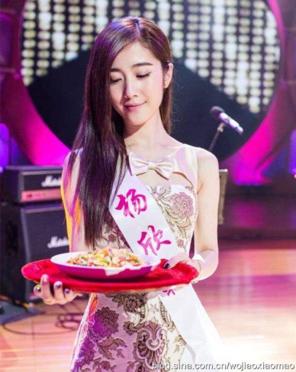 Ngay khi còn là sinh viên, mỹ nữ họ Dương này đã được mời ký hợp đồng nghệ sỹ và tham gia vào nhiều quảng cáo, chương trình truyền hình và các dự án điện ảnh.