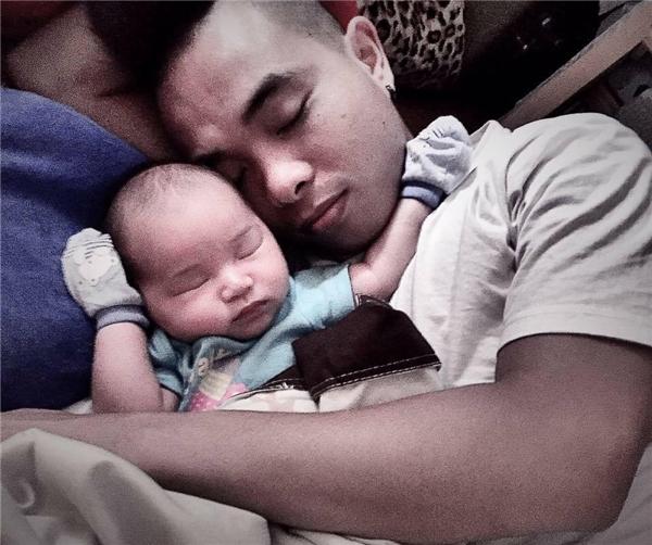Cặp vợ chồng trẻ hạnh phúc bên con trai đầu lòng. (Ảnh: Internet)