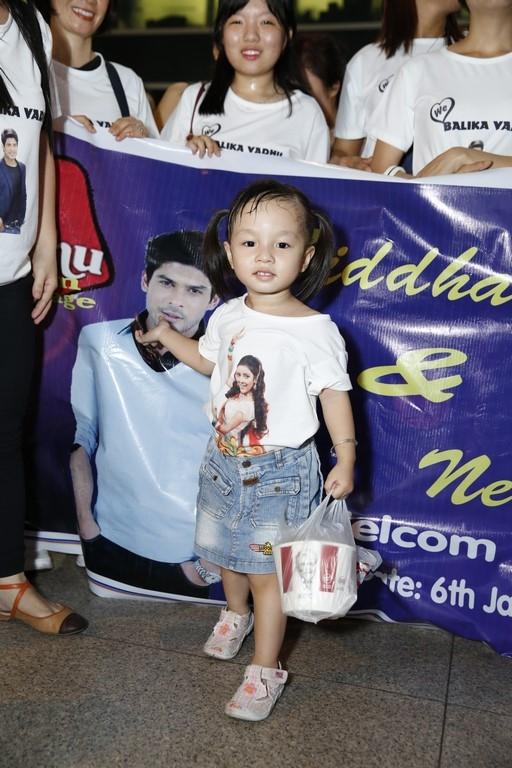 Các khán giả Việt Nam xếp hàng ngay ngắn để đón hai ngôi sao Ấn Độ với đủ mọi lứa tuổi.