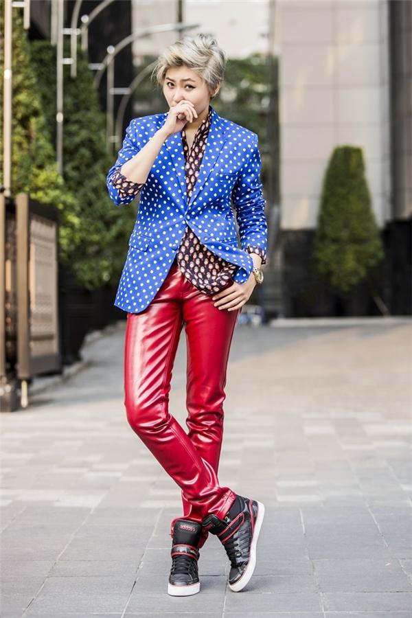 Vicky Nhung trong bộ vest chấm bi phối cùng quần đỏ ôm sát. - Tin sao Viet - Tin tuc sao Viet - Scandal sao Viet - Tin tuc cua Sao - Tin cua Sao
