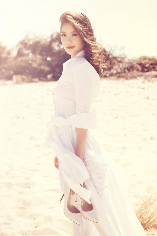 Kết hợp áo sơ mi trắng cùng váy dài thướt tha, á hậu thu hút ánh nhìn với vẻ tinh khôi, kiều diễm. - Tin sao Viet - Tin tuc sao Viet - Scandal sao Viet - Tin tuc cua Sao - Tin cua Sao
