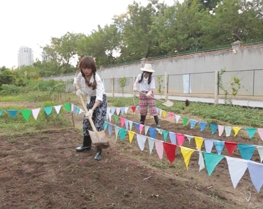 Từ bỏ hình tượng quyến rũ, Sĩ Thanh hóa cô nông dân trồng hoa - Tin sao Viet - Tin tuc sao Viet - Scandal sao Viet - Tin tuc cua Sao - Tin cua Sao