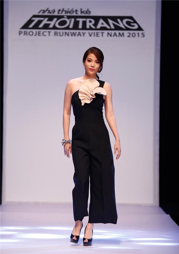 """Dù bộ trang phục giúp Trương Ngọc Ánh khoe đôi vai gợi cảm, nhưng cũng thể """"cứu vãn"""" tổng thể lệch lạc."""