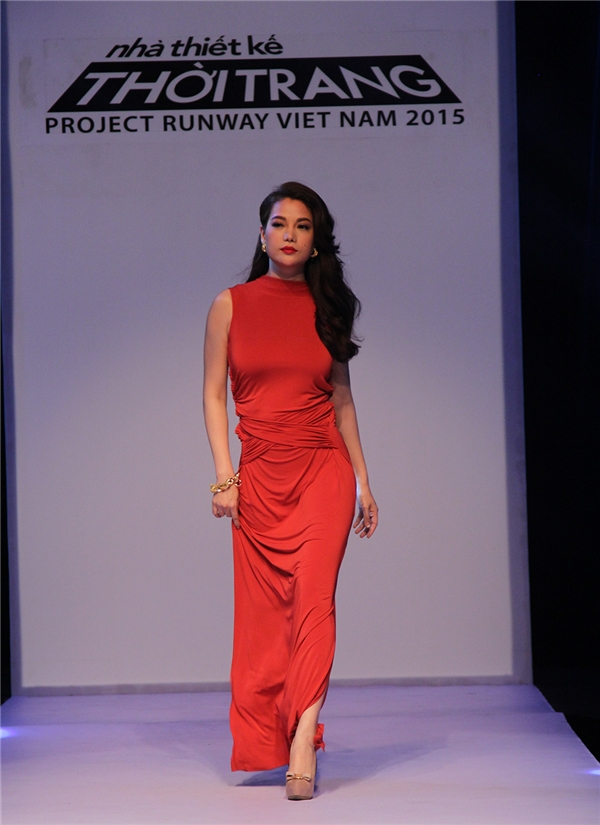 Bộ váy đỏ được người đẹp diện trong tập đầu tiên được cho rằng nghèo nàn ý tưởng.
