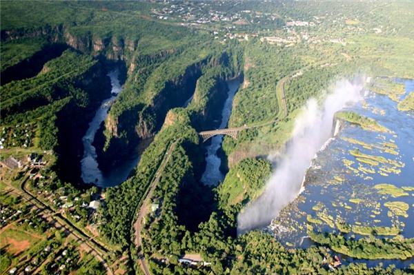 Sông Zambezi ở Nam Phi là ngôi nhà chung của nhiều loài động vật quý hiếm khi nó chảy qua tận 6 quốc gia. Nhưng ẩn đằng sau vẻ thanh bình và hiền hòa của dòng sông là những chiếc bẫy bùn có thể chôn vùi cả một con voi. (Ảnh: Internet)
