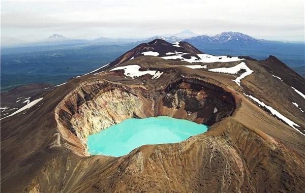 Thoạt nhìn, chất lỏng nằm bên trong miệng núi lửa Maly Semiatchik ở Nga cứ như một hồ nước mát lạnh, nhưng thực chất dây là một hỗn hợp axit cực mạnh với độ pH chỉ khoảng 0,4, nhiệt độ dao động trong khoảng 40 độ C.(Ảnh: Internet)