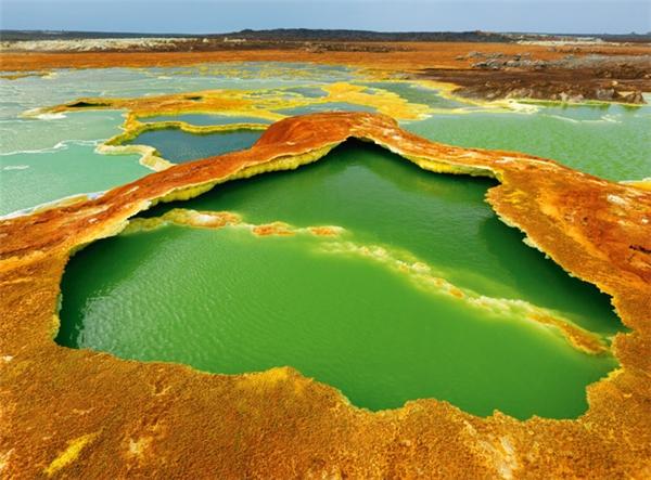 Có cảnh quan khá giống sa mạc Danakil, vùng trũng Afar ở phía đông châu Phi gây ấn tượng mạnh mẽ bởi những gam màu tươi sáng nhuộm khắp vùng đất này. Nhưng không dễ dàng gì để tham quan nơi này một cách an toàn bởi hàng trăm trận động đấthầu như diễn ra liên tục ở vùng trũng này.(Ảnh: Internet)