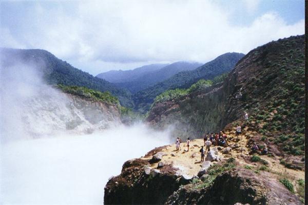 Là một trong số những di sản thiên nhiên thế giới của UNESCO, hồ nước sôi là một nơi chỉ để du khách đến ngắm, vì ai có thể chịu nổi nhiệt độ cực cao, dao động từ 82 tới 95 độ C của hồ nước này?(Ảnh: Internet)