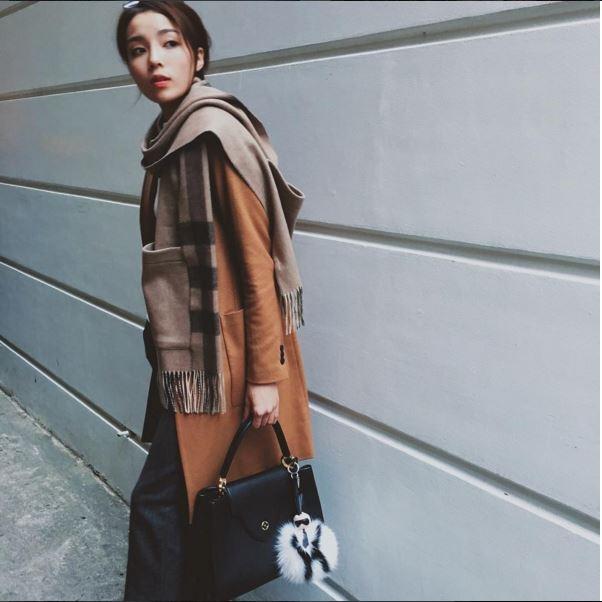 Những màu sắc được Kỳ Duyên chọn phối hòa hợp, đồng điệu. Đặc biệt trong những ngày Thu - Đông vừa qua, gu thời trang đường phố của Hoa hậu Việt Nam 2014 trở nên bắt mắt, thú vị hơn với hàng loạt thiết kế đặc trưng.
