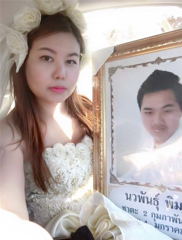 Hình ảnh cô gái trẻ mặc áo cưới trong đám tang người yêu đã lấy không ítnước mắt của cư dân mạng. Ảnh: FBNV