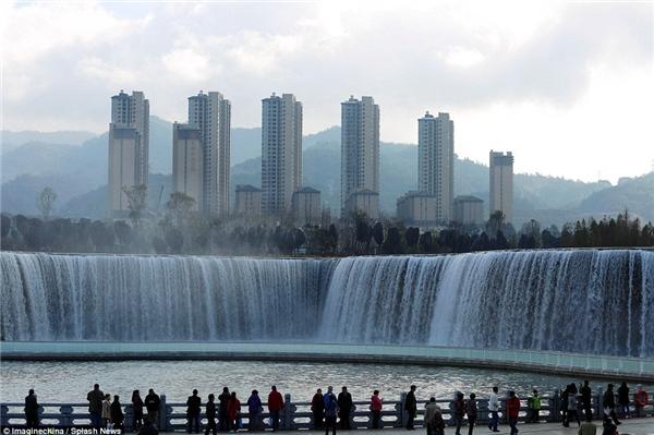"""Đám đông vỗ tay hoan hô khi thác nước bắt đầu """"hoạt động"""".(Ảnh: Daily Mail)"""