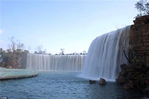 Thác nước nhân tạo này có thể chịu sức ép 300.000m khối nước từ sông Niulan chảy vào hồ Dianchi.(Ảnh: Daily Mail)