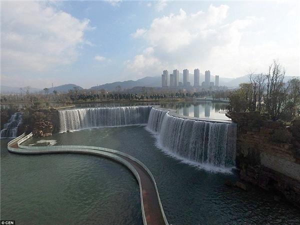 Mục đích của dự án thác nước này là nhằm mục đích lưu trữ nước cho khu vực trong tương lai, bởi hiện nay, Trung Quốc đang đối mặt với thực trạng rằng 60% lượng nước ngầm của đất nước này đã bị ô nhiễm nặng.(Ảnh: Daily Mail)