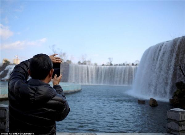 Thác nước nhân tạo này được kì vọng trở thành một điểm thu hút du lịch cho khu vực.(Ảnh: Daily Mail)