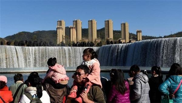 Thác nước trắng xóa giữa đô thị tấp nập - một hình ảnh đối nghịch đầy thú vị.(Ảnh: news.cn)
