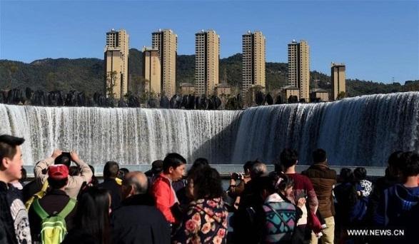 Thác nước nhân tạo nằm trong khuôn viên công viên nước ở thành phố Côn Minh, tỉnh Vân Nam, Trung Quốc, mở cửa đón khách miễn phí.(Ảnh: news.cn)