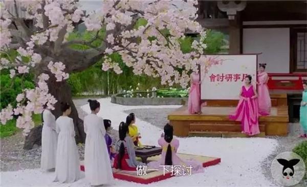 Hậu cung ba ngàn giai lệ lại chỉ có 4 nàng cung phi. Các nàng chỉ có 1 bộ trang phục và phải mặc trong mọi cảnh quay.