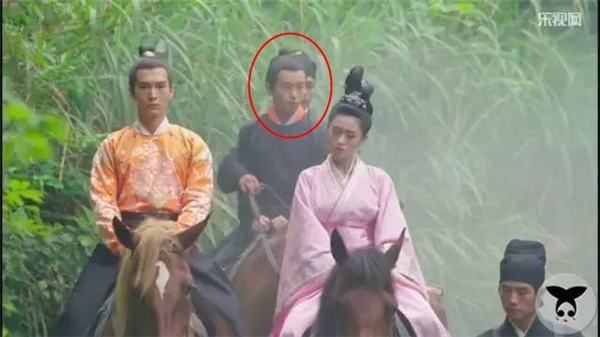 Hai chàng thái giám phải cưỡi chung con ngựa vì thiếu thốn.