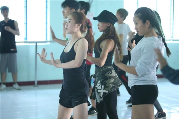 Người đẹp xứ Nghệ tập trung tập luyện cùng vũ đoàn. - Tin sao Viet - Tin tuc sao Viet - Scandal sao Viet - Tin tuc cua Sao - Tin cua Sao