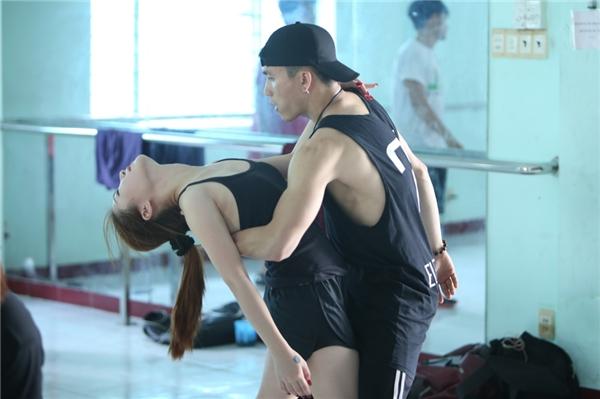 Cô sẽ thực hiện những động tác vũ đạo đòi hỏi nhiều kĩ thuật trong đêm thi thứ 2 của The Remix. - Tin sao Viet - Tin tuc sao Viet - Scandal sao Viet - Tin tuc cua Sao - Tin cua Sao