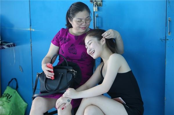 Mẹ Hương Tràm ân cần chăm sóc con gái. - Tin sao Viet - Tin tuc sao Viet - Scandal sao Viet - Tin tuc cua Sao - Tin cua Sao