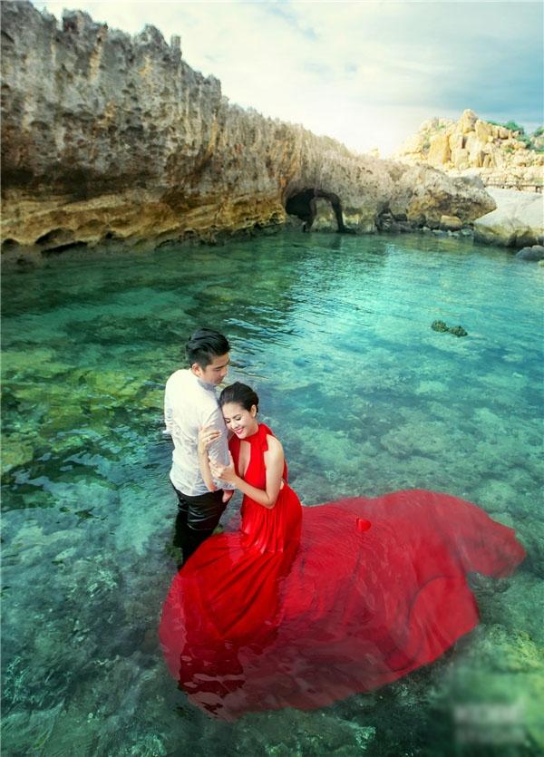 Trong bộ váy đỏ rực đối lập hoàn toàn với màu áo trắng và màu xanh trong của nước, Vân Trang quyến rũ nổi bật lấn át cả thiên nhiên. - Tin sao Viet - Tin tuc sao Viet - Scandal sao Viet - Tin tuc cua Sao - Tin cua Sao