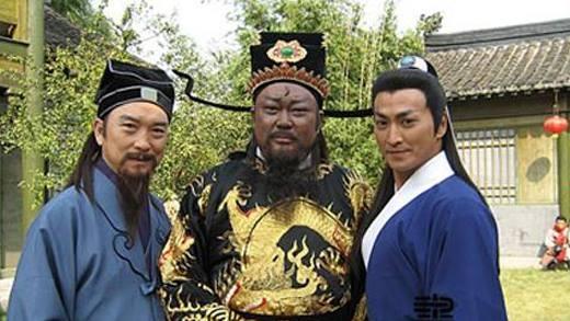 Bao Thanh Thiên là một trong những tác phẩm truyền hình huyền thoại của màn ảnh Hoa ngữ. Đây cũng là bộ phim có độ dài kỷ lục lên đến 236 tập, kéo dài trong nhiều năm liền. Bộ ba Bao Chửng, Công Tôn Sách và Triển Chiêu cũng là thần tượng của rất nhiều khán giả trẻ tuổi.