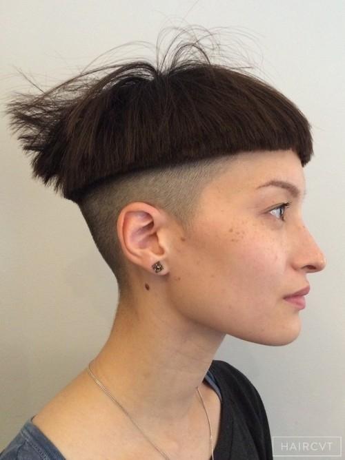 Một cô gái can đảm cắt kiều tóc cái chén ngắn trên tai. (Ảnh: Internet)