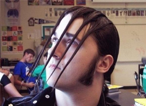 Còn anh chàng này lại kèo tóc phía sau lên rồi vuốt keo tạo kiểu mái thành ra như thế này. (Ảnh: Internet)
