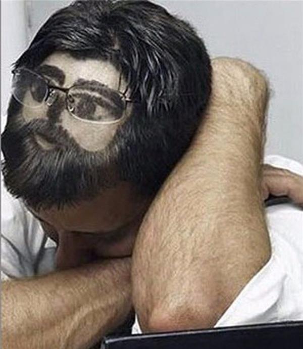 Người đàn ông này có lẽ sợ bị bắt gặp ngủ quên trong giờ làm việc nên đã làm quả đầu không thể chất hơn.(Ảnh: Internet)