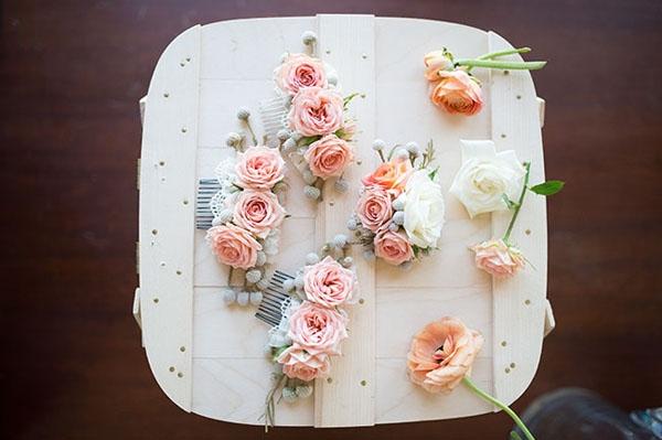 Kẹp tóc hình hoa dễ thương của dàn cungnữ cũng là hàng chợ được bán theo lô với giá rất mềm. Nếu mua lẻ, giá của mỗi bông hoa như thế này chưa đến 2.000 đồng.