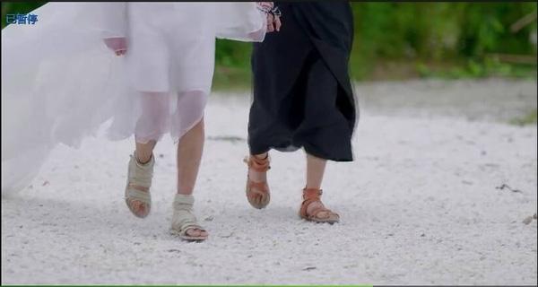 Những đôi giày xăng đanđược diễn viên sử dụng đại trà trong phim cũng là yếu tố gây sốc trong phim. Theo hé lộ của dàn diễn viên, đạo diễn cũng chơi sang bằng cách đặt hàng giá rẻ trên mạng. Tuy nhiên vì số lượng khá nhiều nên hàng không làm kịp.
